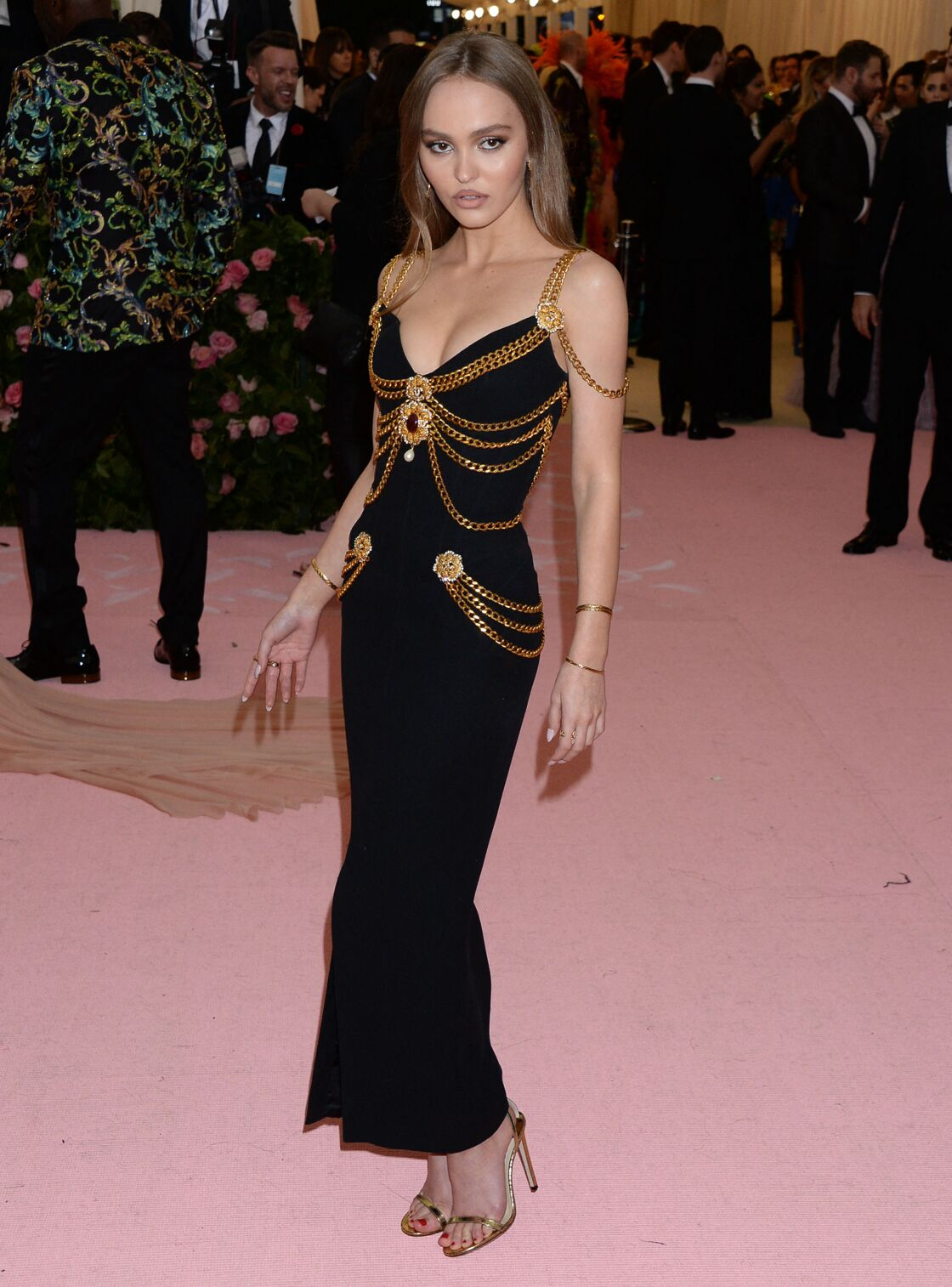 Sulfureuse, Lily Rose Depp fait sensation en robe Chanel au Met Gala, conçue par Karl Lagerfeld en 1992