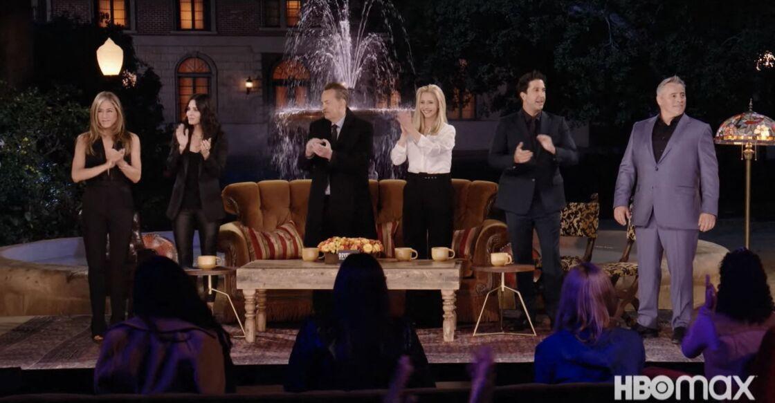 Pour ces retrouvailles légendaires, Jennifer Aniston porte une combinaison noire élégante à encolure échancrée, décolleté qu'elle aime porter sur les tapis rouges.