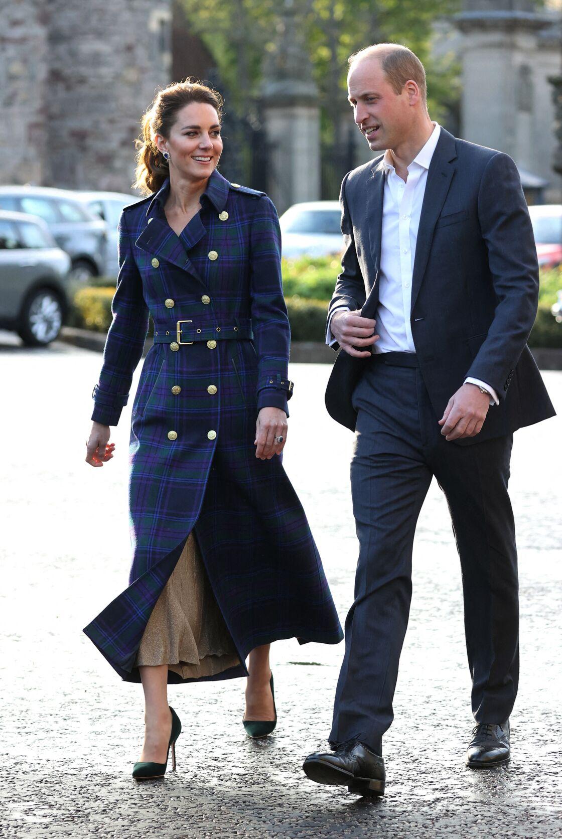 Sous son trench long et tartan, Kate Middleton mise sur une jupe plissée en lurex