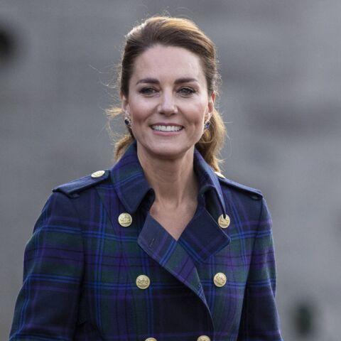 PHOTOS – Kate Middleton ose le trench-coat long tendance printemps-été 2021