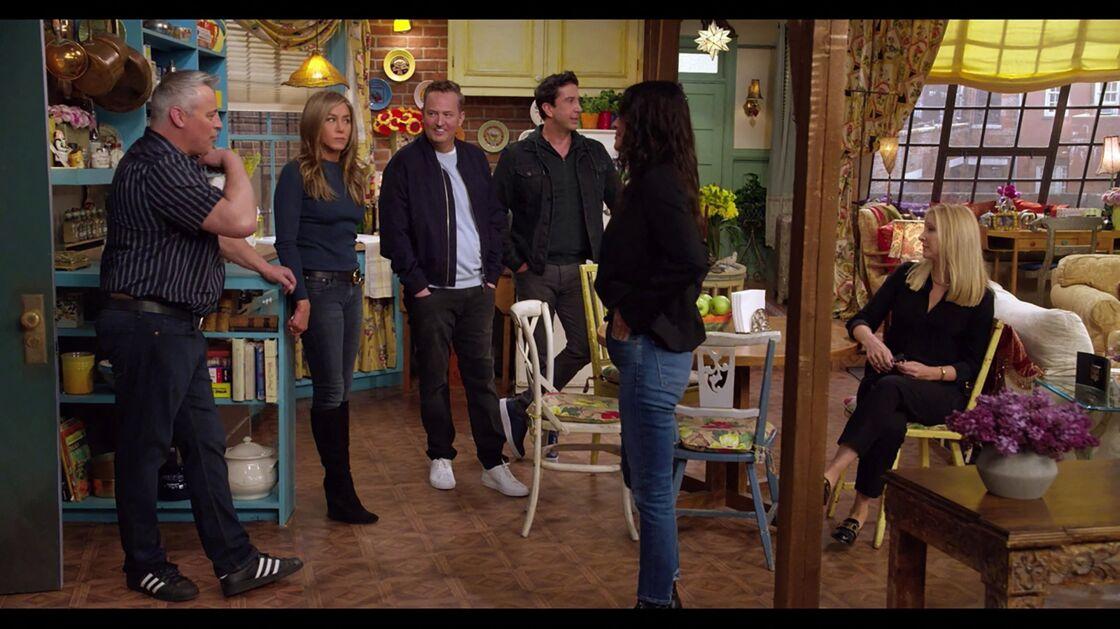 En 2021, Rachel Green porte son jean skinny dans des bottes en daim noires