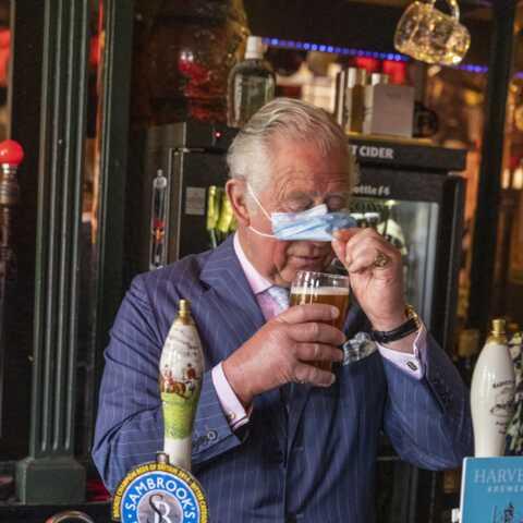 Le prince Charles s'amuse avec son masque: cette vidéo cocasse