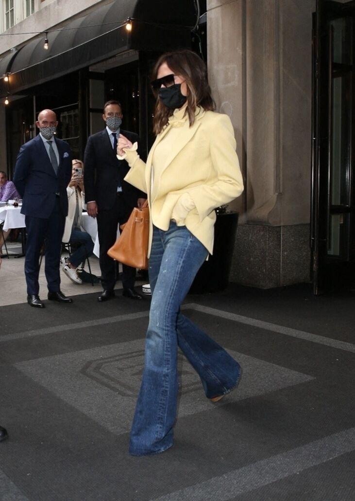 Victoria Beckham adepte des jeans flare comme ici en mai 2021