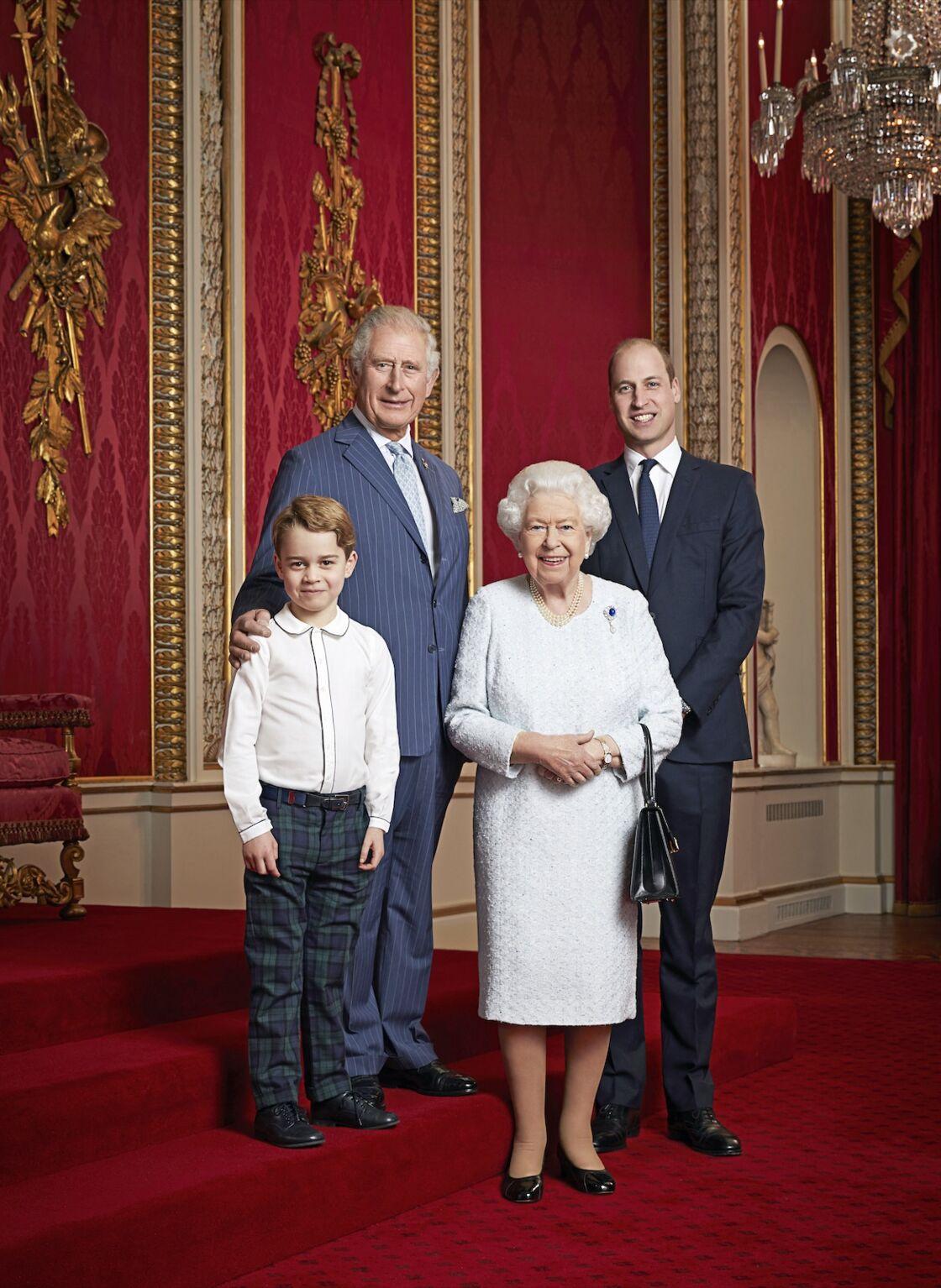 La reine Elisabeth en compagnie du prince Charles, le prince William et le prince George, héritiers du trône britannique, au palais de Buckingham