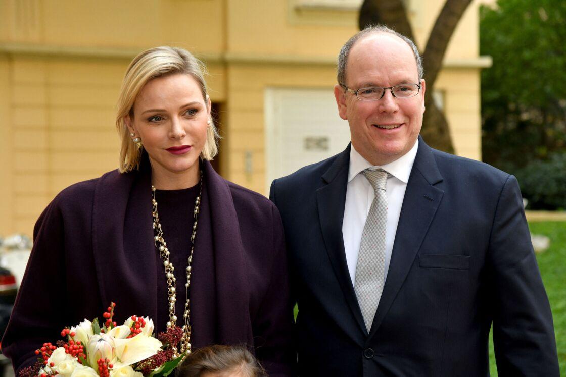 Le prince Albert II de Monaco et la princesse Charlène de Monaco lors de la remise des cadeaux de Noël à la Croix Rouge Monégasque à Monaco le 18 décembre 2019.