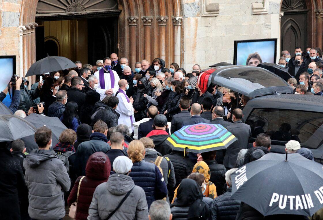 Les obsèques du rugbyman Christophe Dominici, en l'église Saint-Louis de Hyères le 4 décembre 2020, ont rassemblé un grand nombre de proches endeuillés.