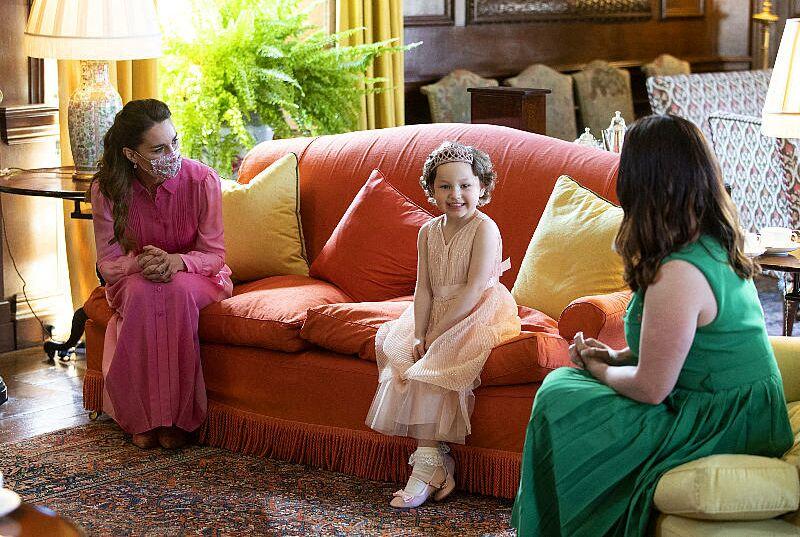 Kate Middleton et la jeune Mila Sneddon au palais Holyroodhouse, à Edimbourg, le 27 mai 2021