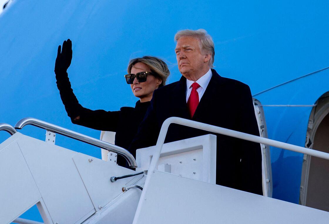 Melania Trump et son mari Donald, quittant la Maison-Blanche le 20 janvier 2021