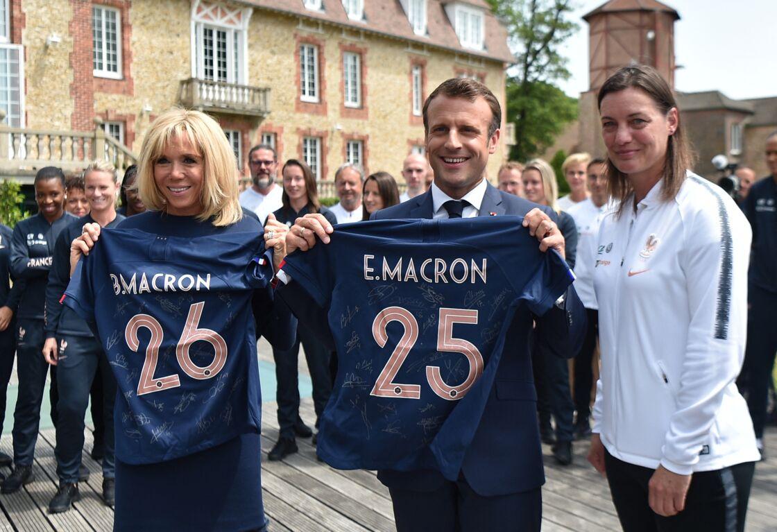 Le président Emmanuel Macron, Brigitte Macron, Corinne Diacre, entraineure - Le président de la République et sa femme au Centre national de Football de Clairefontaine pour déjeuner avec l'équipe de France féminine le 4 juin 2019.