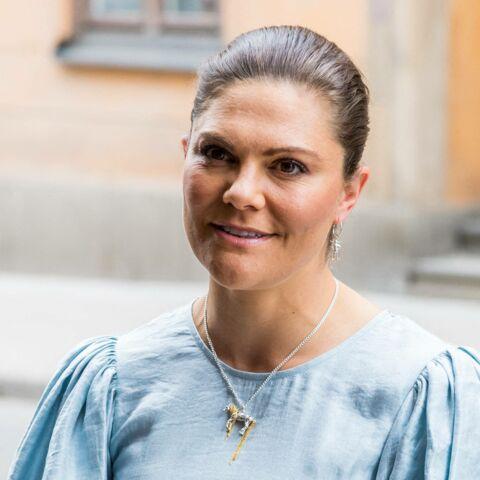PHOTOS – Victoria de Suède fashionista en robe midi &OtherStories avec un collier qui intrigue