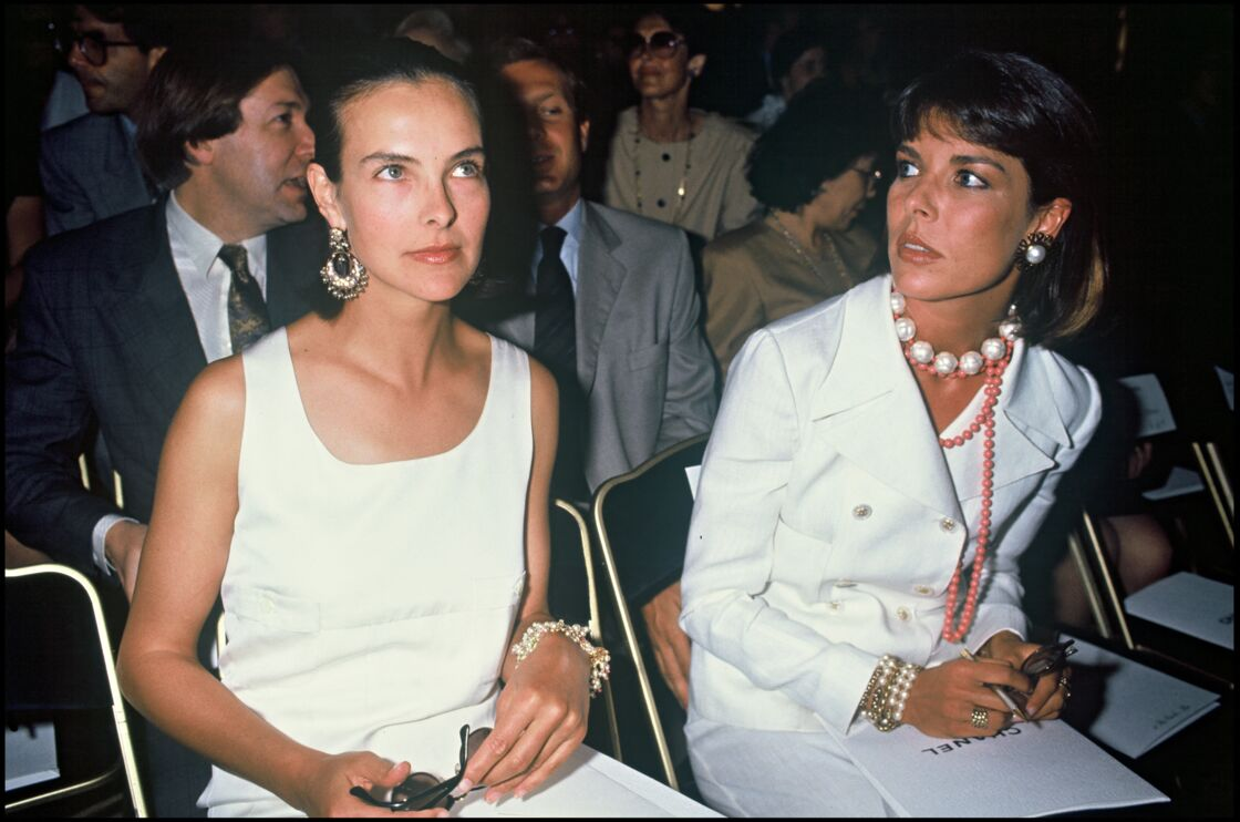 Caroline de Monaco et Carole Bouquet lors d'un défilé en 1989