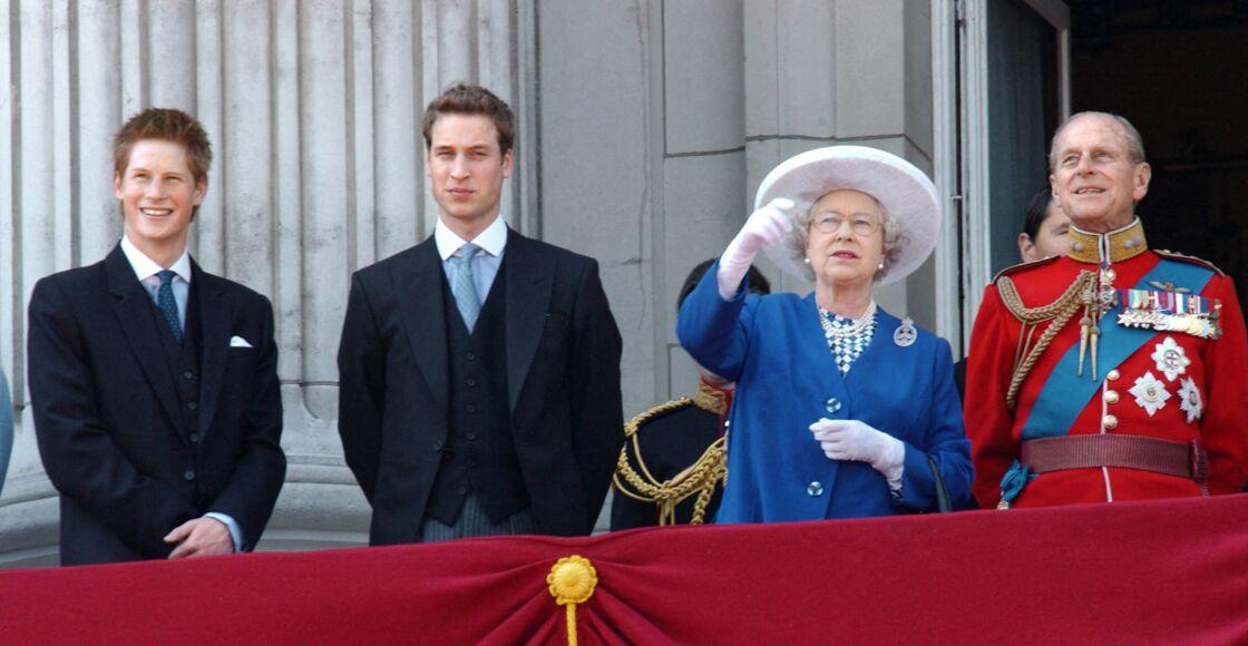 Harry et William, complices, lors de la parade Trooping of the Color, avec Elizabeth II et le prince Philip, en 2003.