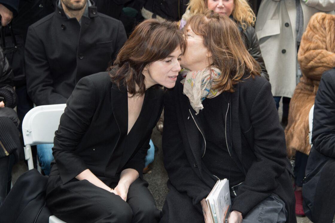 Charlotte Gainsbourg et Jane Birkin à la cérémonie d'inauguration de la plaque commémorative en l'honneur de Serge Gainsbourg, au 11 bis Rue Chaptal (où le chanteur passa une partie de son enfance), à Paris, le 10 mars 2016.