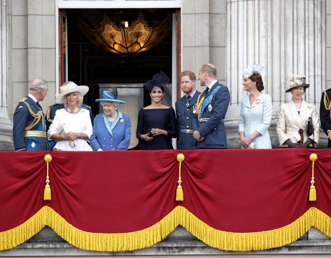 Le prince Charles, Camilla Parker Bowles, duchesse de Cornouailles, la reine Elisabeth II d'Angleterre, Meghan Markle, duchesse de Sussex (habillée en Dior Haute Couture par Maria Grazia Chiuri), le prince Harry, duc de Sussex, le prince William, duc de Cambridge, Kate Catherine Middleton, duchesse de Cambridge, la princesse Anne - La famille royale d'Angleterre lors de la parade aérienne de la RAF pour le centième anniversaire au palais de Buckingham à Londres. Le 10 juillet 2018