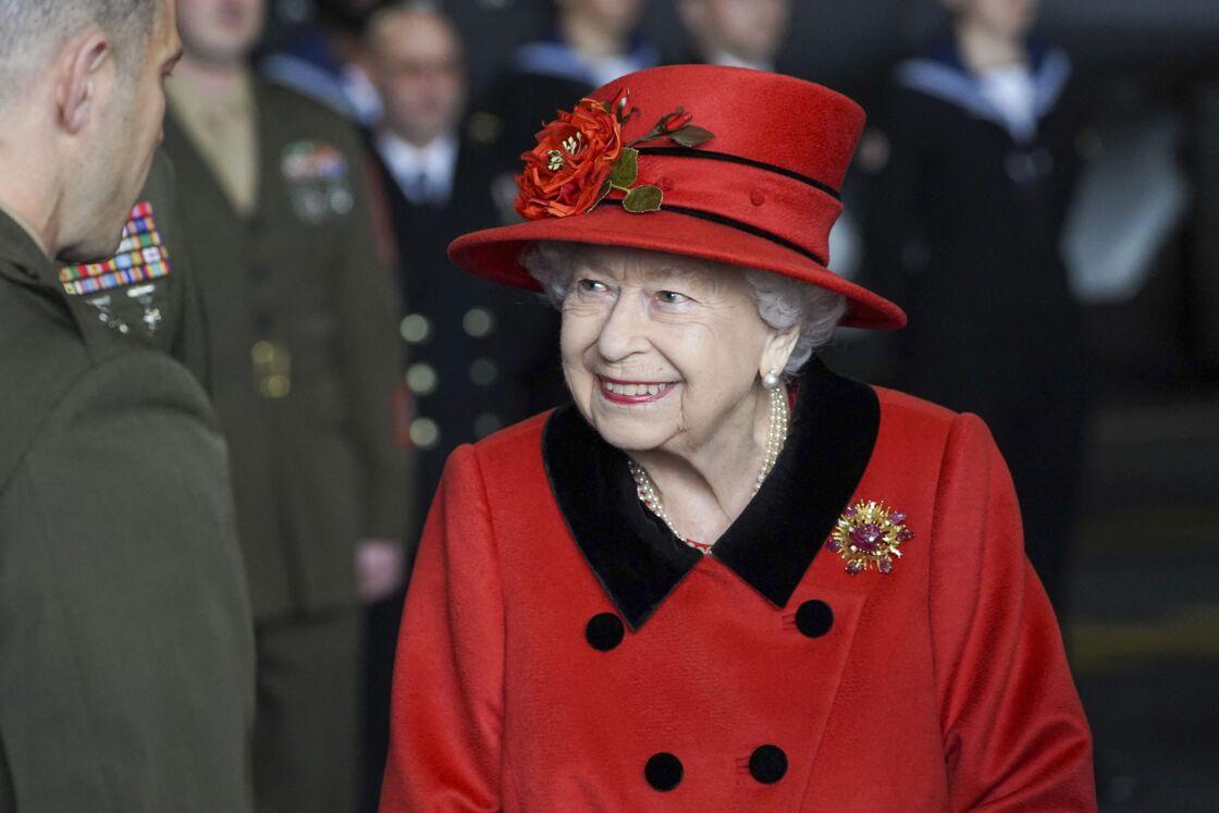 La reine Elisabeth II lors d'une visite le navire HMS Queen Elizabeth à la base navale de Portsmouth, le 22 mai 2021