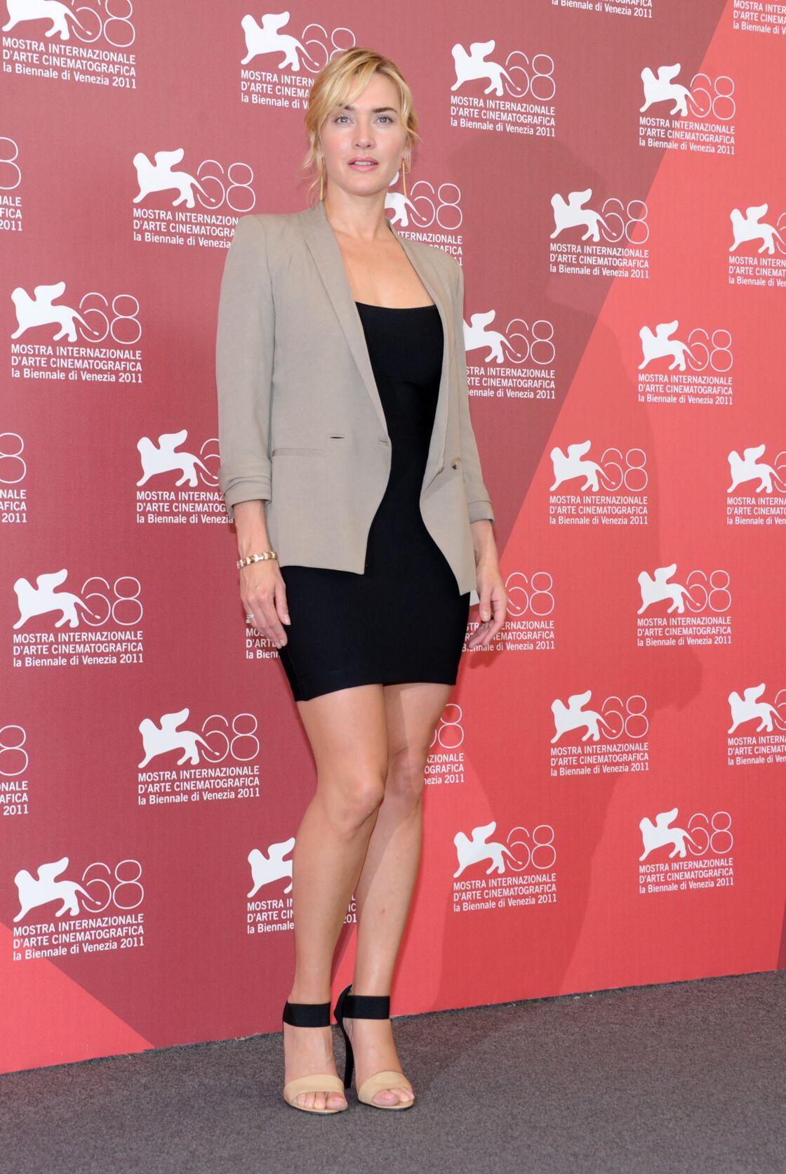 Kate Winslet mise sur des robes courtes pour mettre en valeur ses jambes