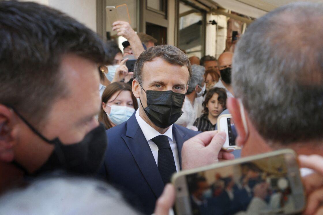 Le président de la République Emmanuel Macron arrive à Martel dans le Lot pour un échange avec les habitants le 3 juin 2021.
