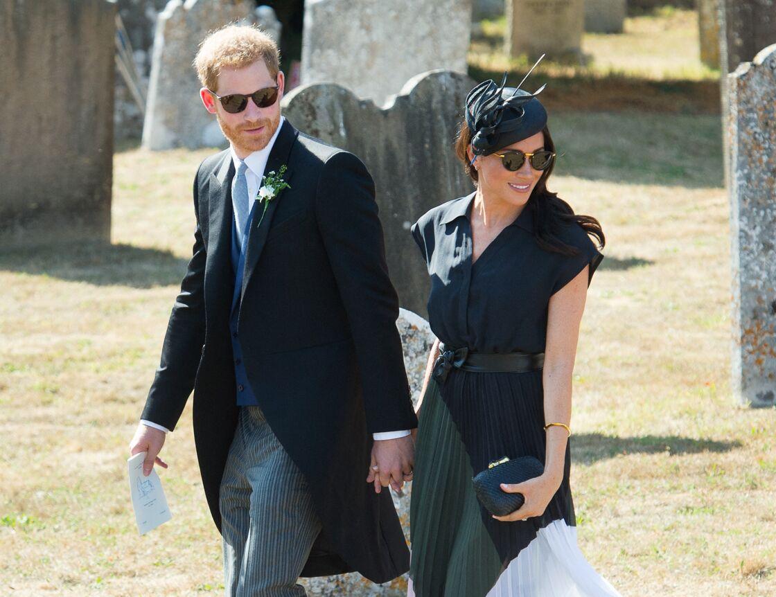 Meghan Markle en jupe plissée au mariage de Charlie Van Straubanzee et Daisy Jenkins