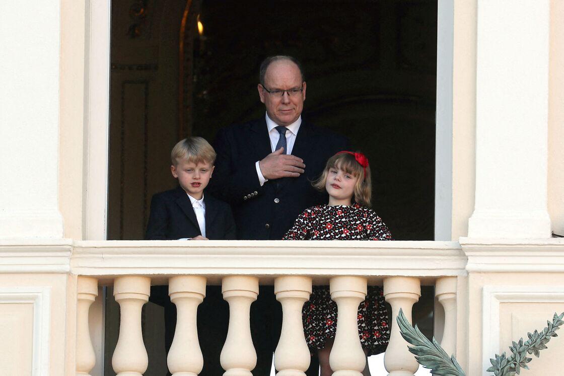 Le prince Albert II de Monaco avec ses jumeaux Jacques et la princesse Gabriella lors de la célébration de la Fête Dieu, à Monaco, le 3 juin 2021.