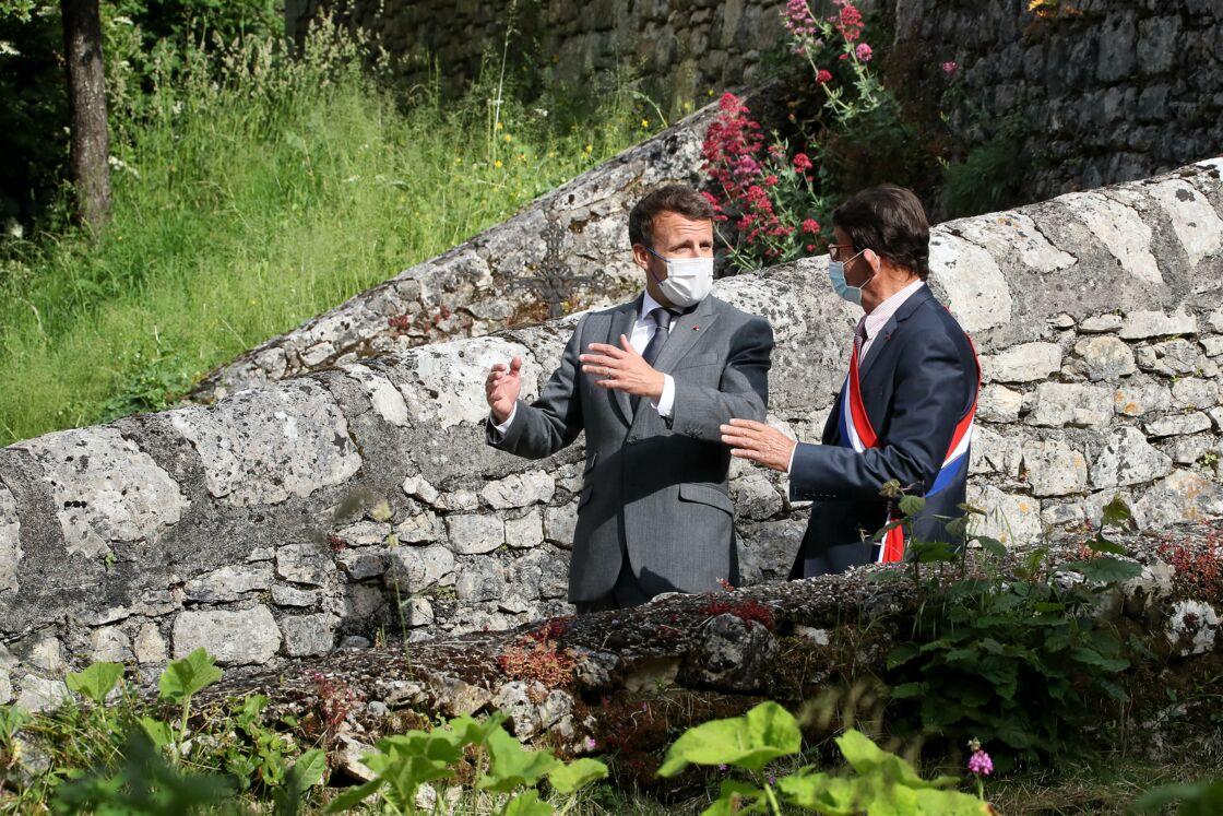 Le président de la République française, Emmanuel Macron visite et échange avec les habitants et le conseil municipal de Saint-Cirq-Lapopie, France, le 2 juin 2021.