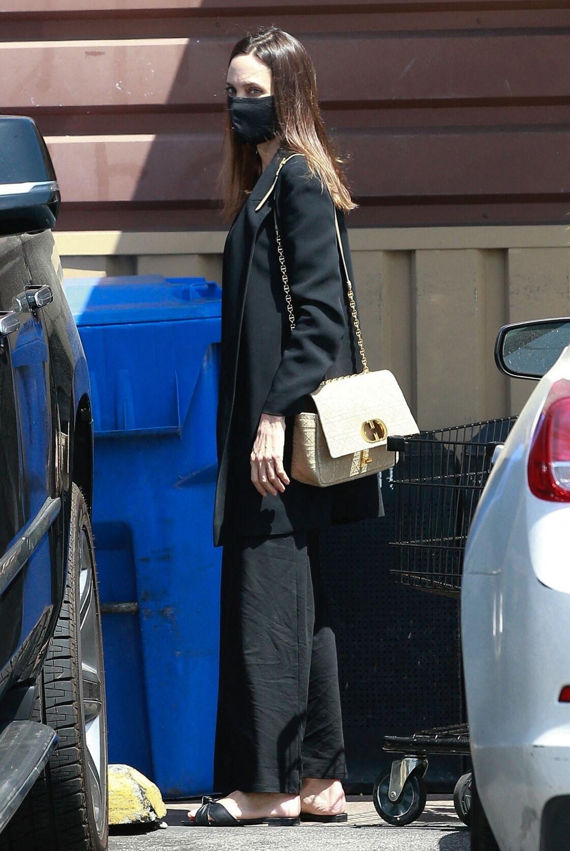 Angie en total look noir et sac Dior