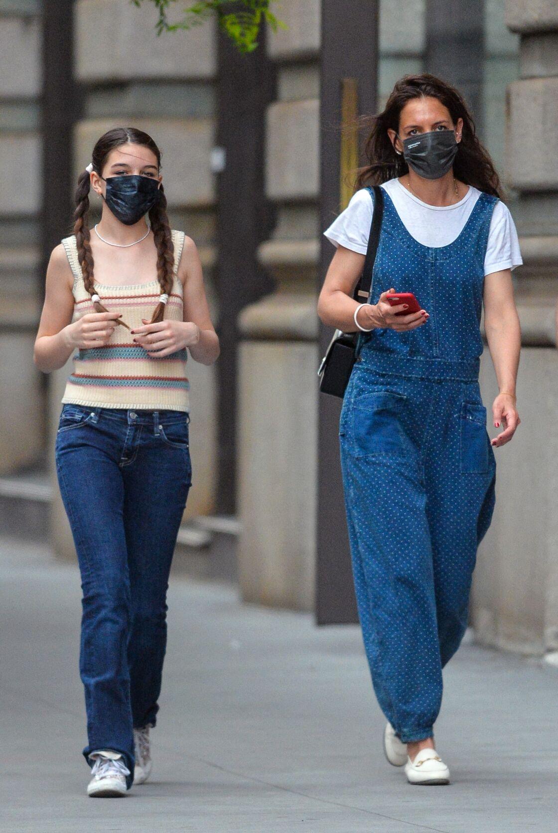 Katie Holmes porte tout le temps ses mocassins blancs Gucci, comme avec cette salopette