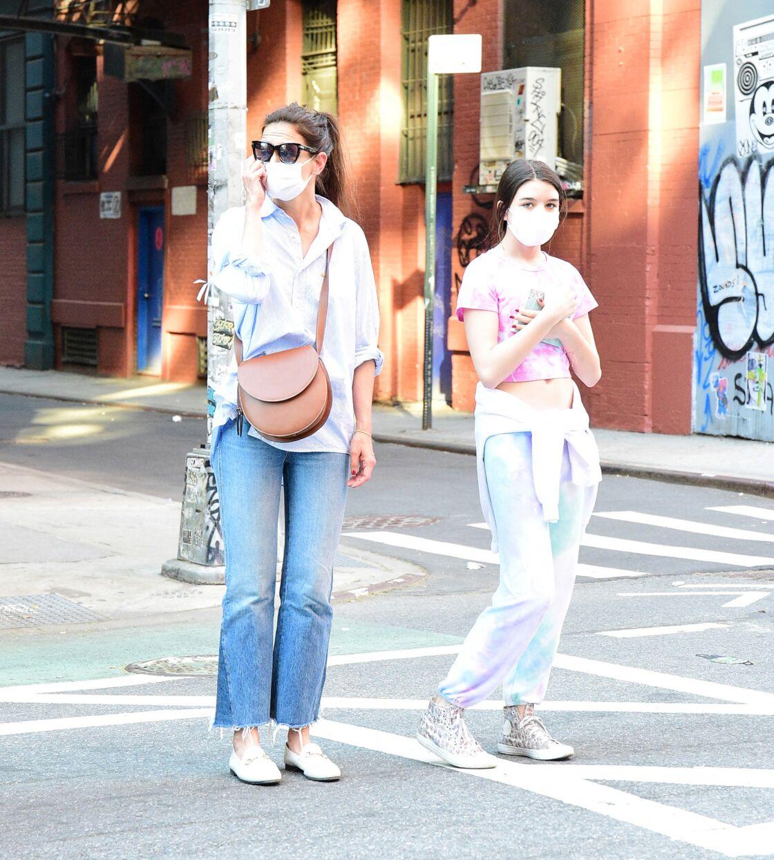 Katie Holmes adore ses mocassins blancs Gucci, ici avec sa fille Suri Cruise