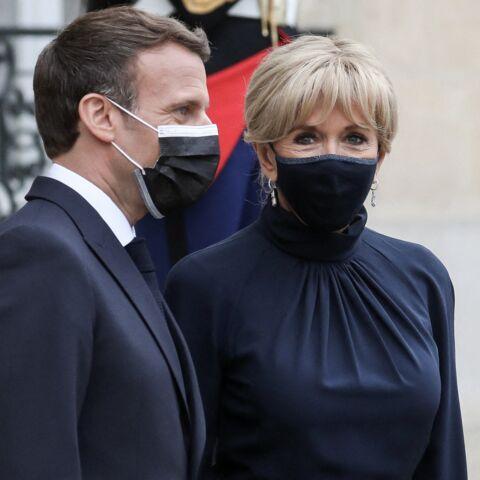 PHOTOS – Brigitte Macron fait sensation en robe courte bleu lavande auprès de Stéphane Bern