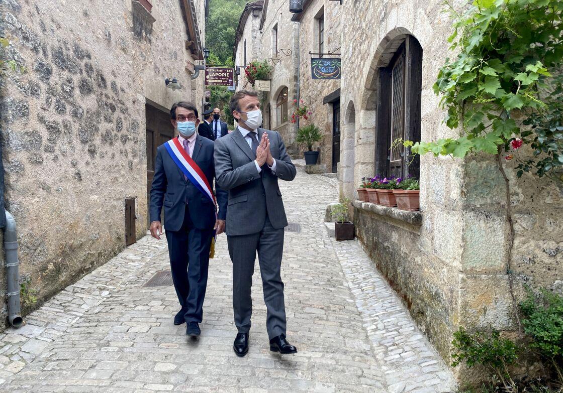 Emmanuel Macron dans les rues de Saint-Cirq Lapopie, le 2 juin 2021