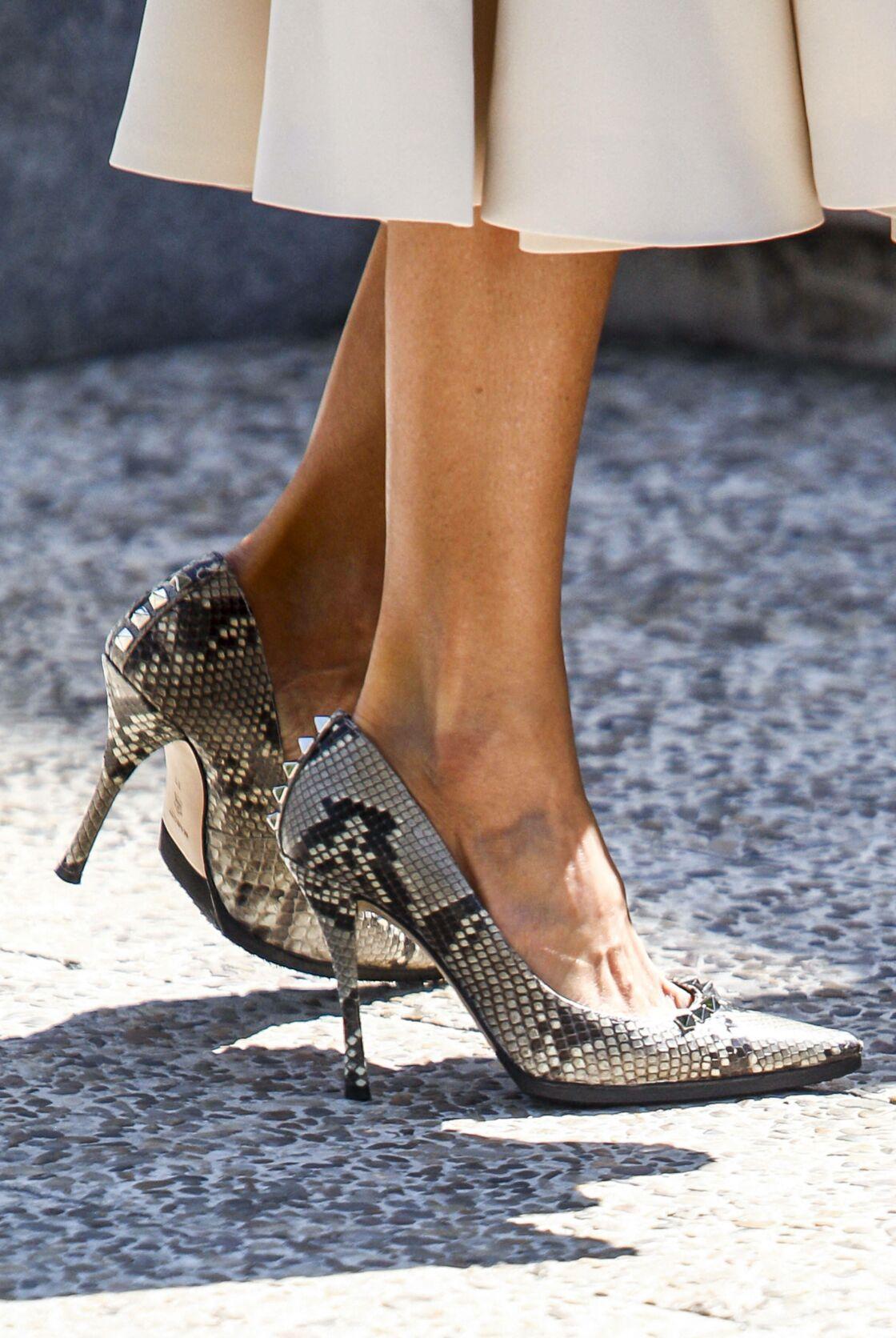 Letizia d'Espagne accessorise sa robe blanche immaculée d'escarpins et d'une minaudière python de la marque Magrit