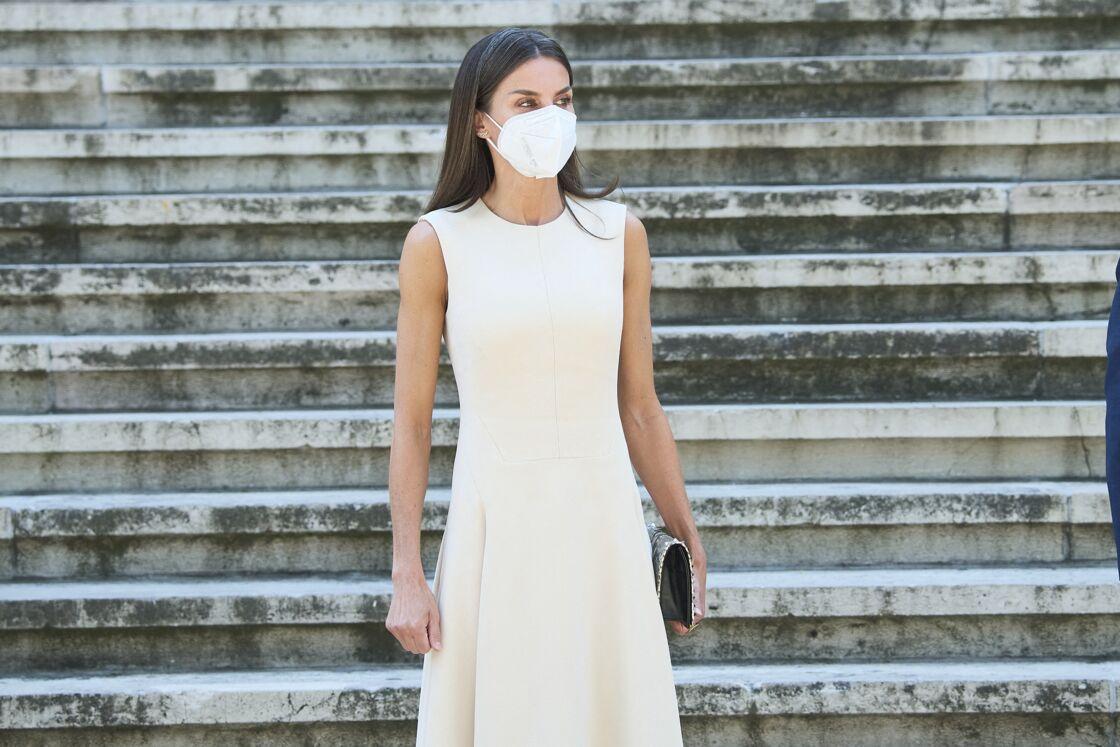 Letizia d'Espagne porte la robe midi blanche parfaite pour l'été 2021