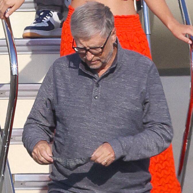 Bill Gates porte encore une alliance, le 21 mai 2021, à l'aéroport de Newark aux Etats-Unis