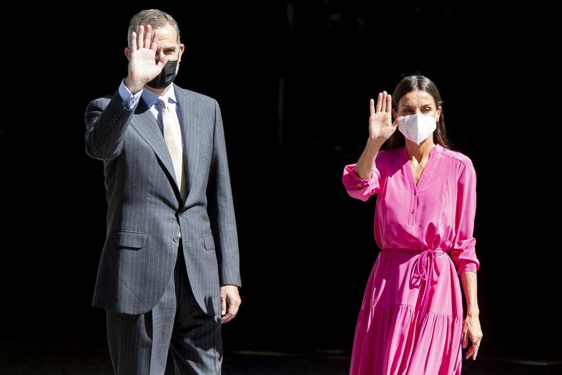 Letizia d'Espagne craque pour une robe midi rose flashy cet été 2021