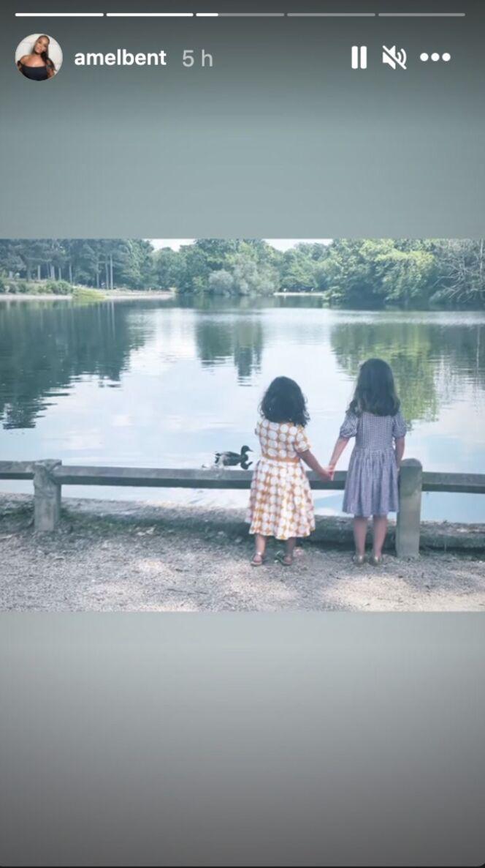 Sofia et Hana, les deux filles d'Amel Bent, profitent d'une balade en famille.