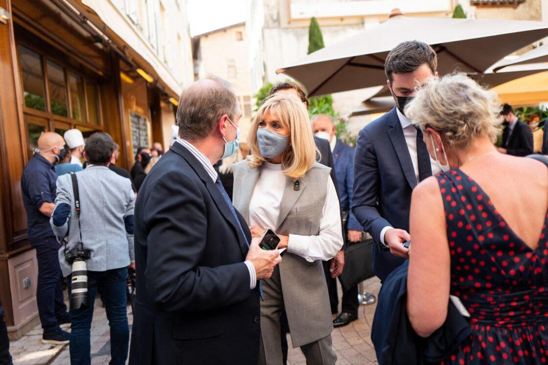 Brigitte Macron chic en veste épaulée et sans manches