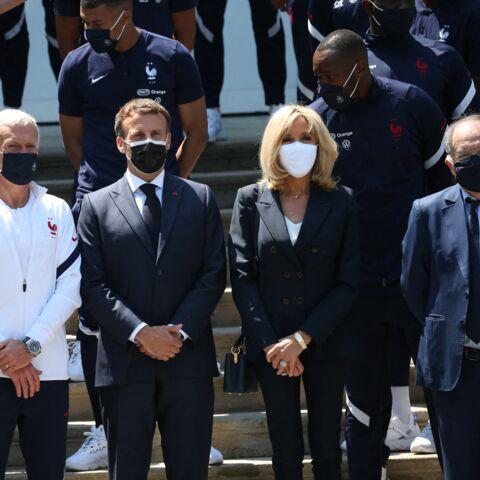 PHOTOS – Brigitte Macron en t-shirt blanc col V et pantalon zippé pour encourager les Bleus