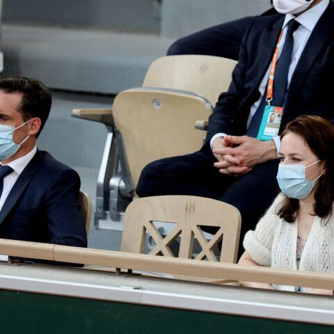 PHOTOS – Jean-Baptiste Djebbari en amoureux avec sa compagne: pause détente à Roland-Garros
