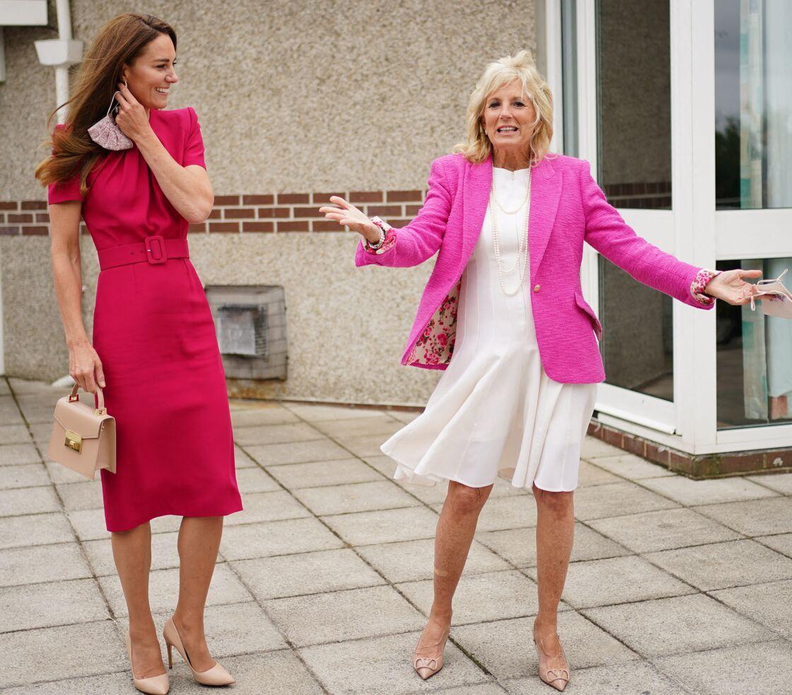 Kate Middleton en robe midi fuchsia et Jill Biden en robe blanche Akris et veste rose flashy