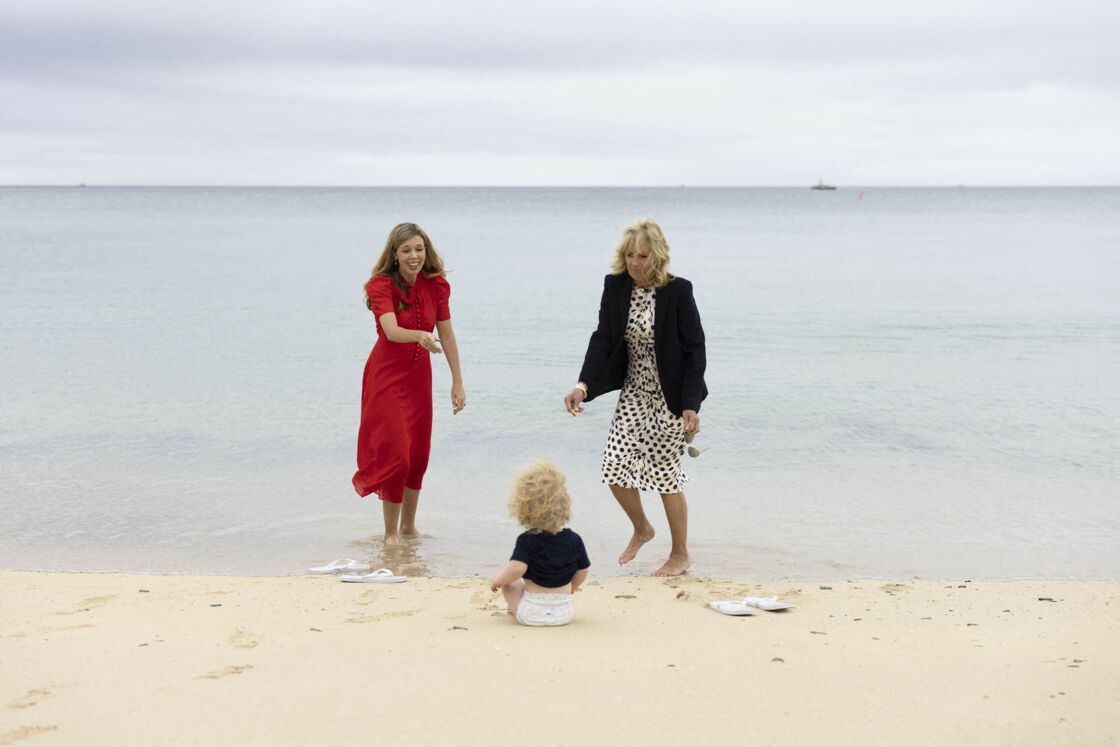 Carrie Johnson, son fils Wilfried, et Jill Biden à Carbis Bay, le 10 juin 2021