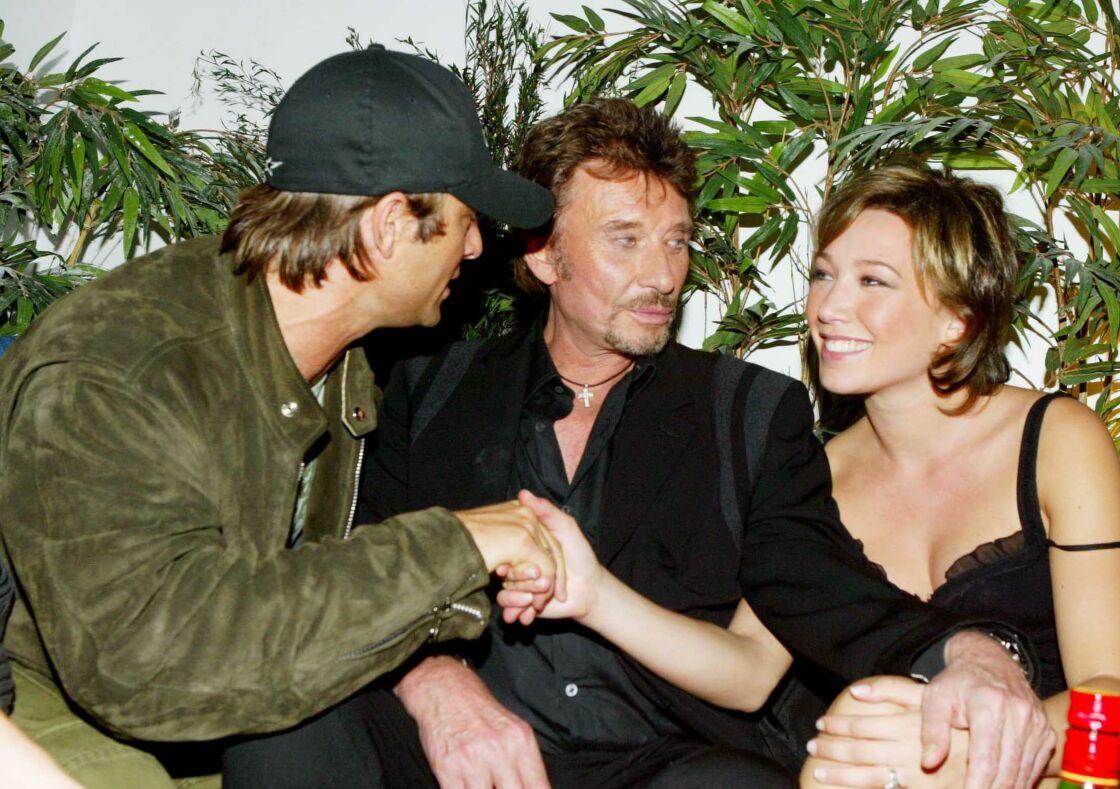 David Hallyday et Laura Smet entourent Johnny Hallyday à l'Amnesia en octobre 2003