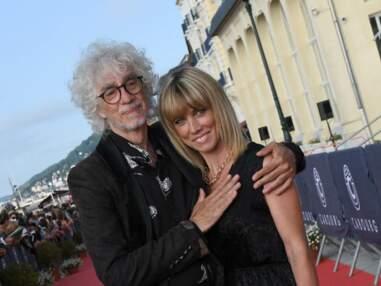 PHOTOS - Louis Bertignac très tactile avec sa compagne Laetitia Brichet au festival de Cabourg