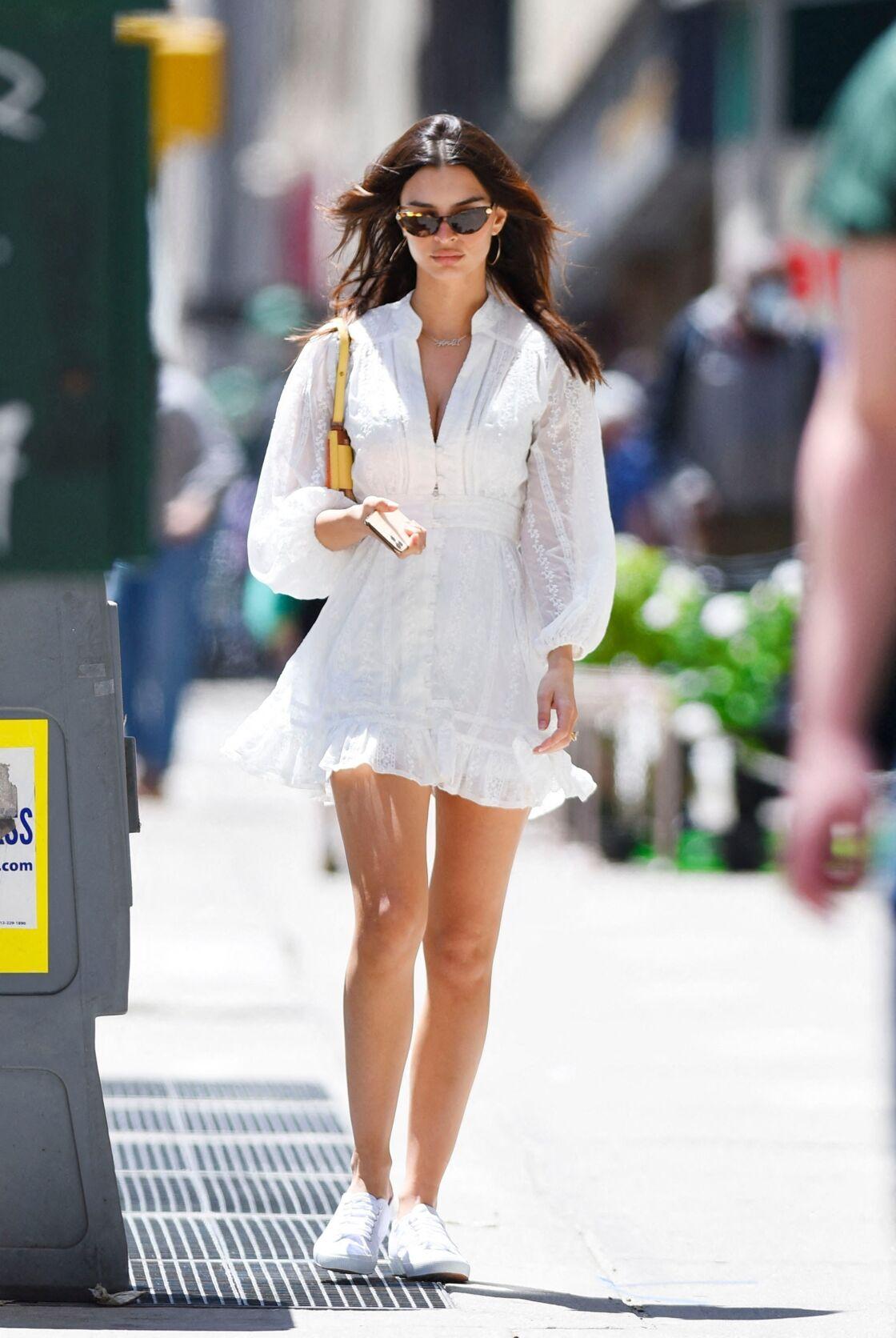 Emily Ratajkowski porte sa robe blanche avec une paires de sneakers