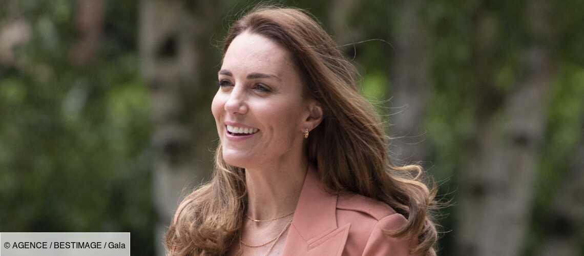 PHOTOS – Kate Middleton surprend en jean, baskets et blazer corail pour une visite officielle - Gala