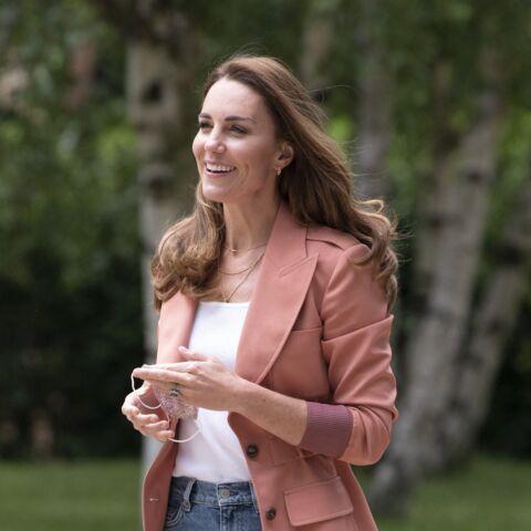 PHOTOS – Kate Middleton surprend en jean, baskets et blazer corail pour une visite officielle