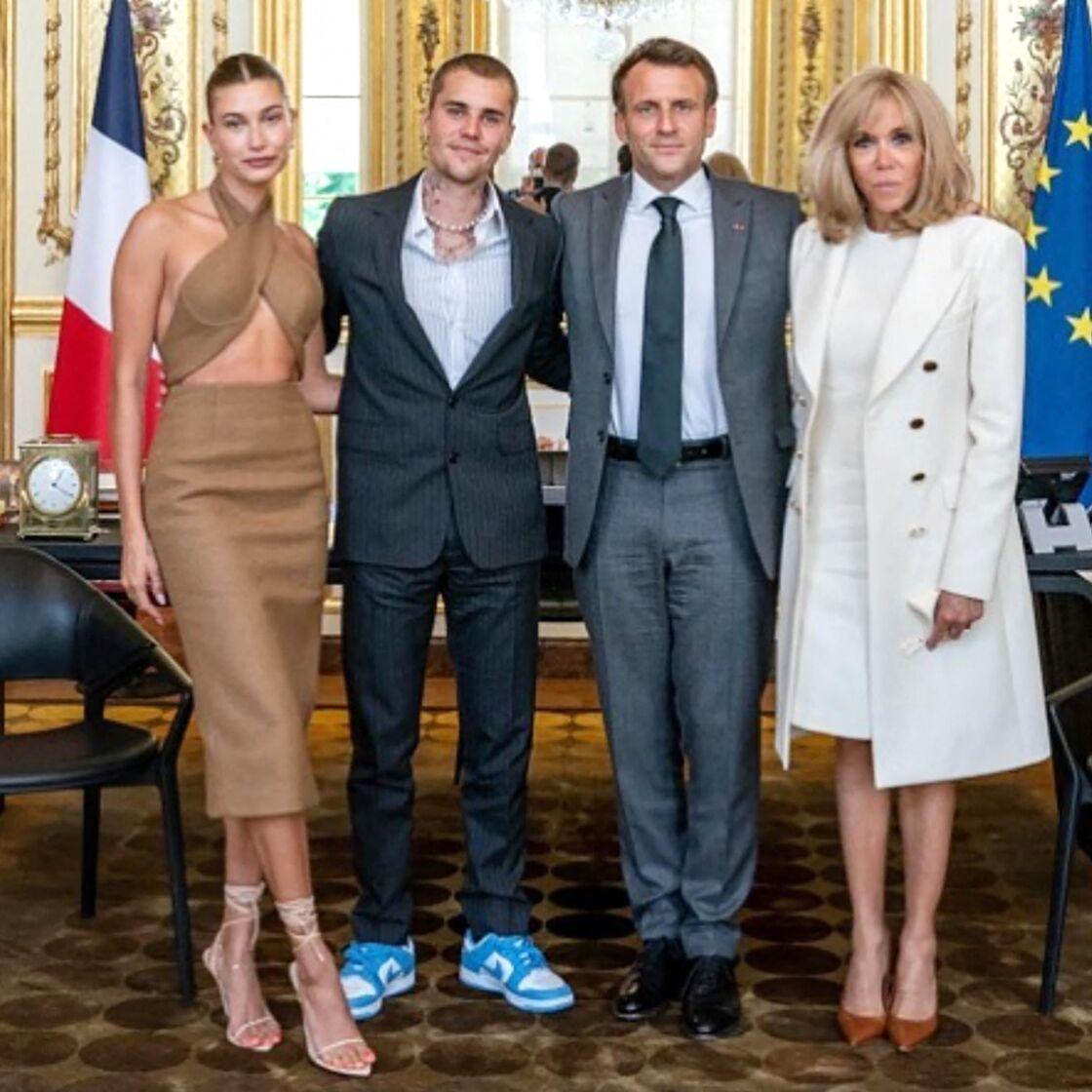 Emmanuel et Brigitte Macron entourés de Justin Bieber et sa femme Hailey, à l'Elysée, le 21 juin 2021