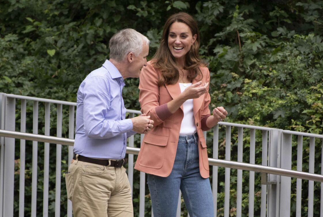 Kate Middleton en jean, blazer et baskets le 22 juin 2021