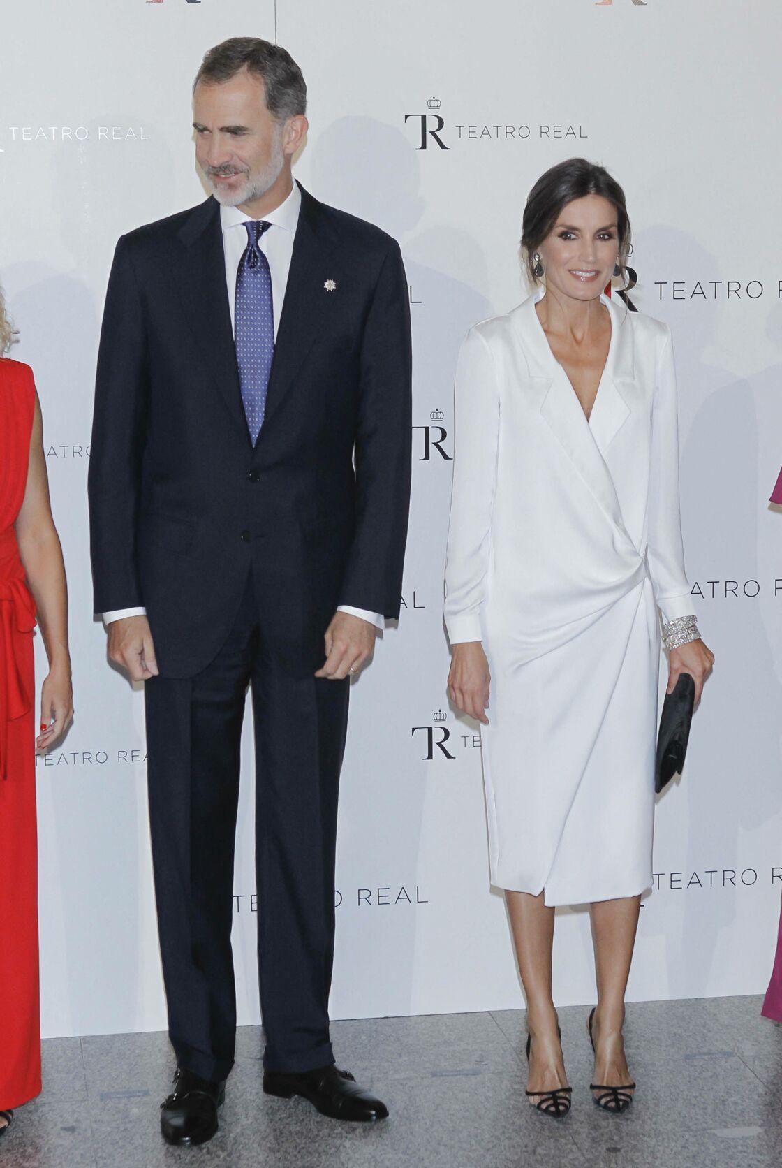 Letizia d'Espagne a déjà porté cette robe blanche en 2019, avec un décolleté plus ouvert sur son buste.