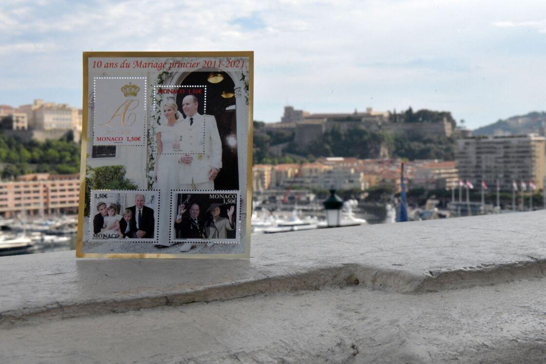 La poste monégasque a édité une planche de timbres pour commémorer les dix ans de mariage du prince Albert II de Monaco et de la princesse Charlène.