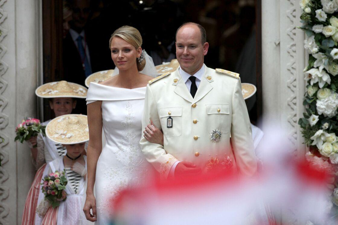 La princesse Charlene et le prince Albert II de Monaco à la sortie de la chapelle Sainte Dévote, après la cérémonie religieuse de leur mariage, en juillet 2011.