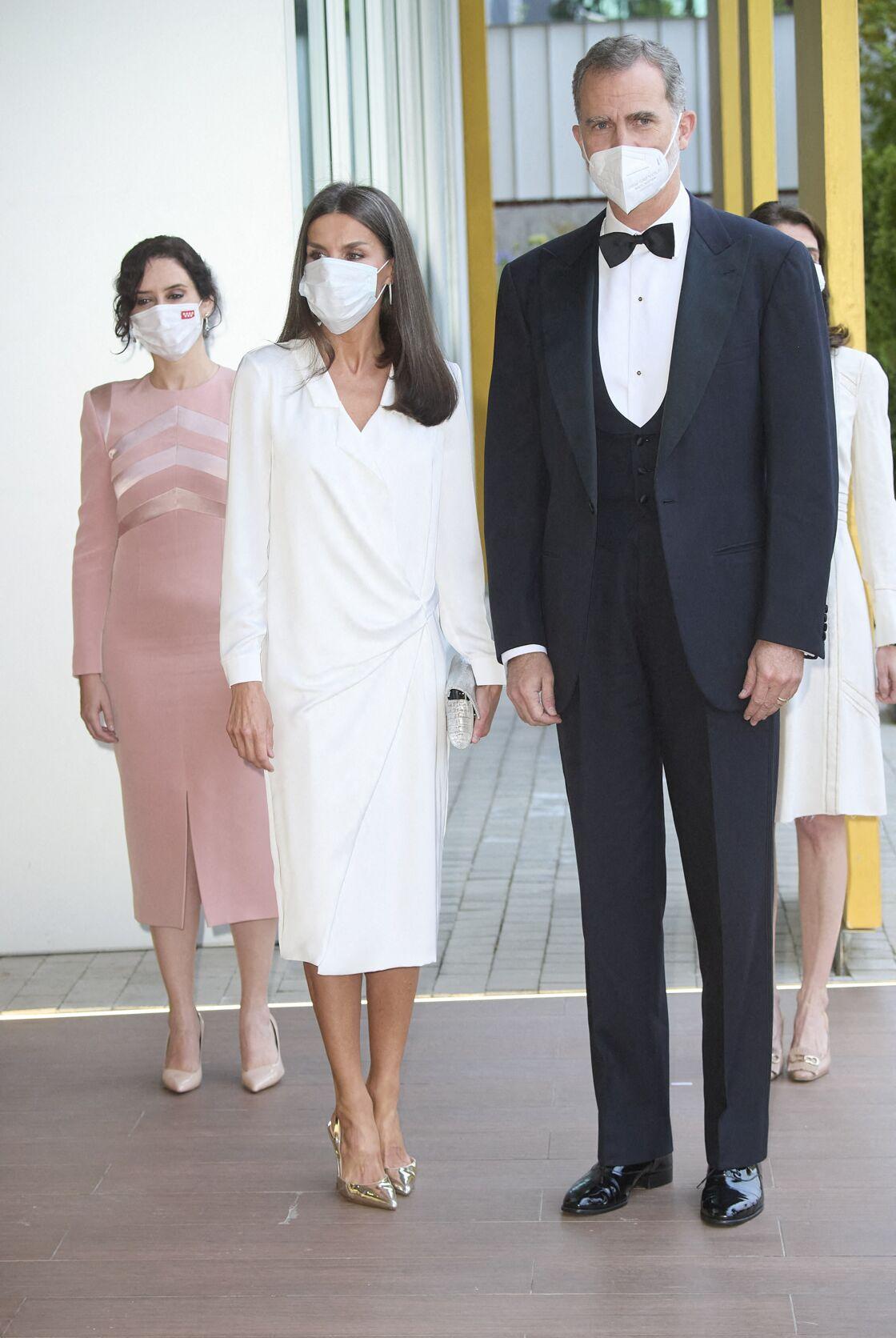 Letizia d'Espagne recycle sa robe chemise blanche de la marque Lola Li